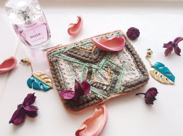 Eau de Parfum (Dusk - New Look) Pochettina con pailettes e perline (Primark) Orecchini (Mango